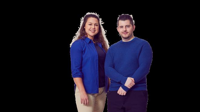 en kvinna och en man som är klädda i blåa kläder