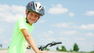 barn med cykelhjälm