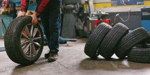 Autonrenkaiden vaihtoa autotallissa