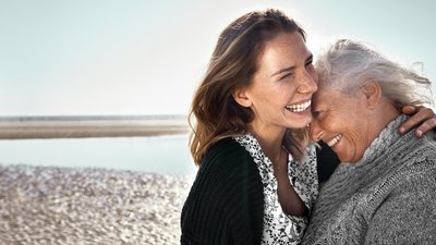 En ung och äldre kvinna kramar varandra