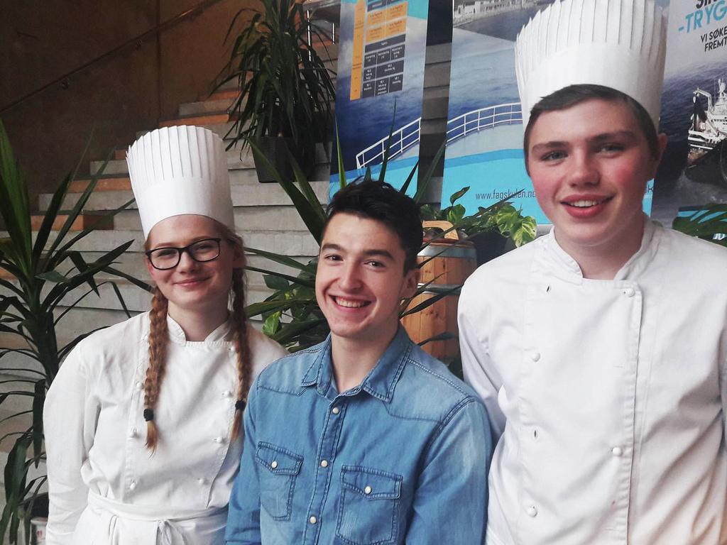 Foto av tre kokk- og servitørelevar ved Måløy vidaregåande skule, to gutar og ei jente. To av dei er kledd i kokkejakkar og kokkelue, den tredje - eine guten - er kledd i dongeriskjorte.