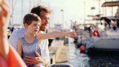 Tytär ja isä satamassa