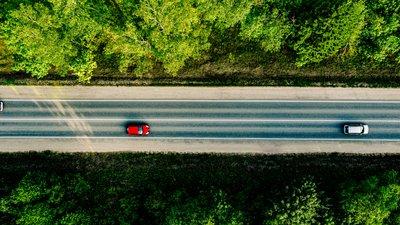 Bilar på vägen som fotograferats från luften