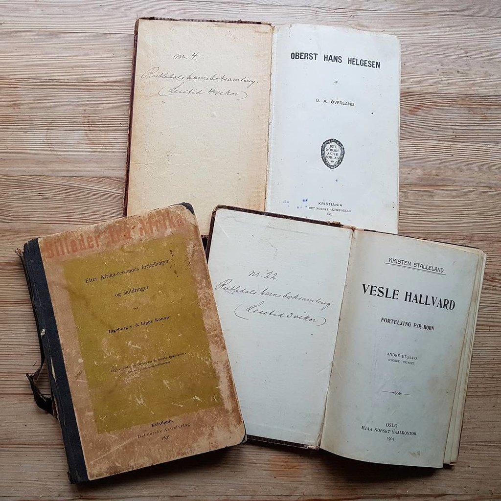 Tre gamle bøker.