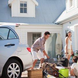 Familj packar bilen.