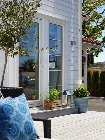 Veggen er malt med Jotun 1624 Letthet. Staffasje: Jotun 1624 Letthet. Terrasse: TREBITT Terrassebeis  9073 Shimmergrå.