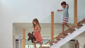 Barn i trappa