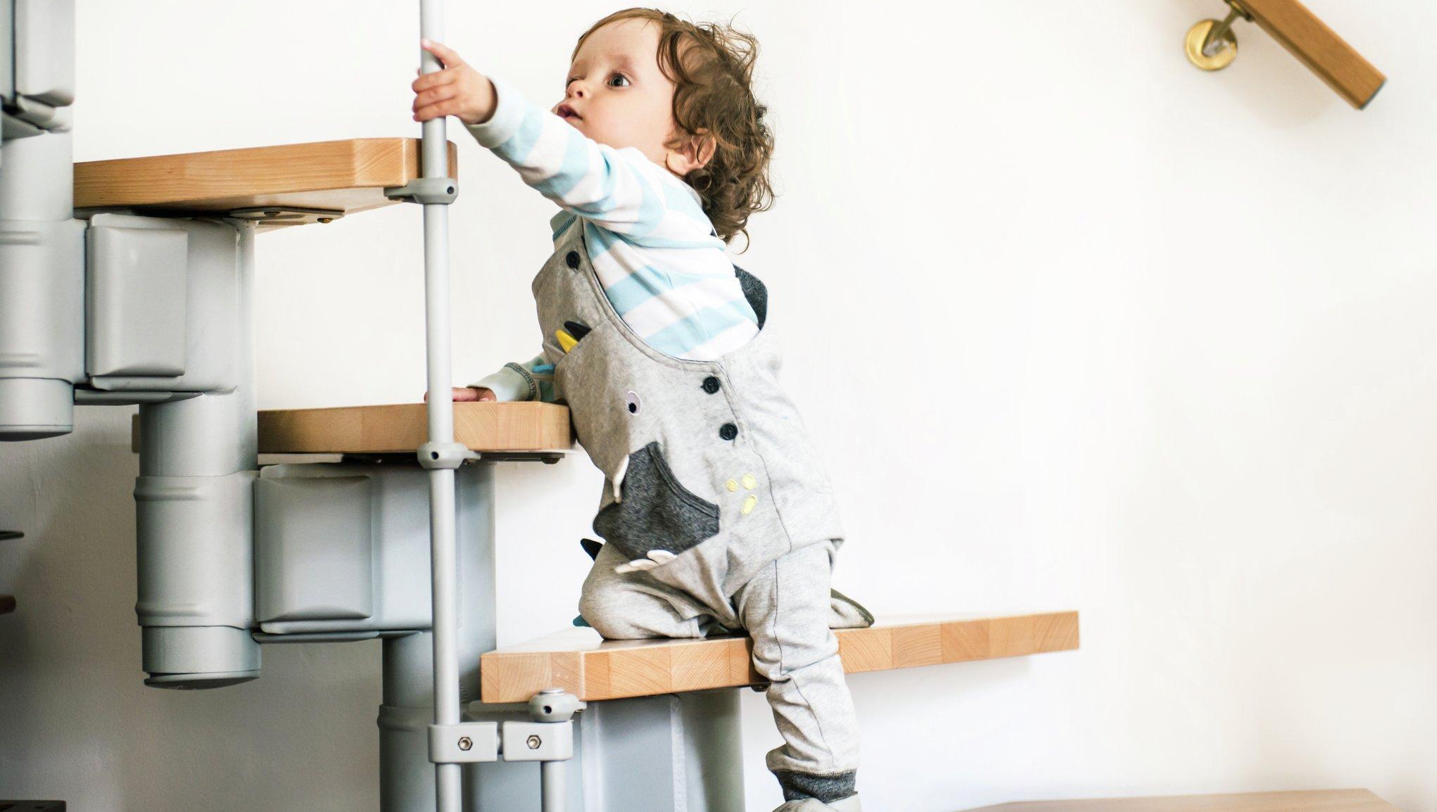 Barn klättrar i trappan