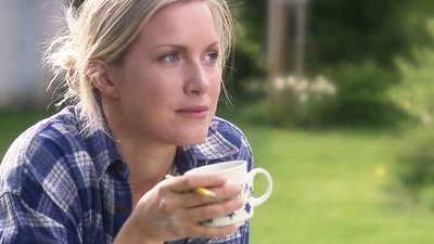 Kaffepaus i trädgården