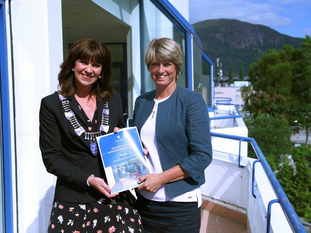 Jenny Følling og Synnøve Stalheim i sola på verandaen på Scandic Sunnfjord Hotel med regional plan for klimaomstilling