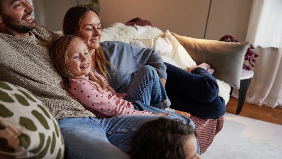 Perhe rentoutuu sohvalla