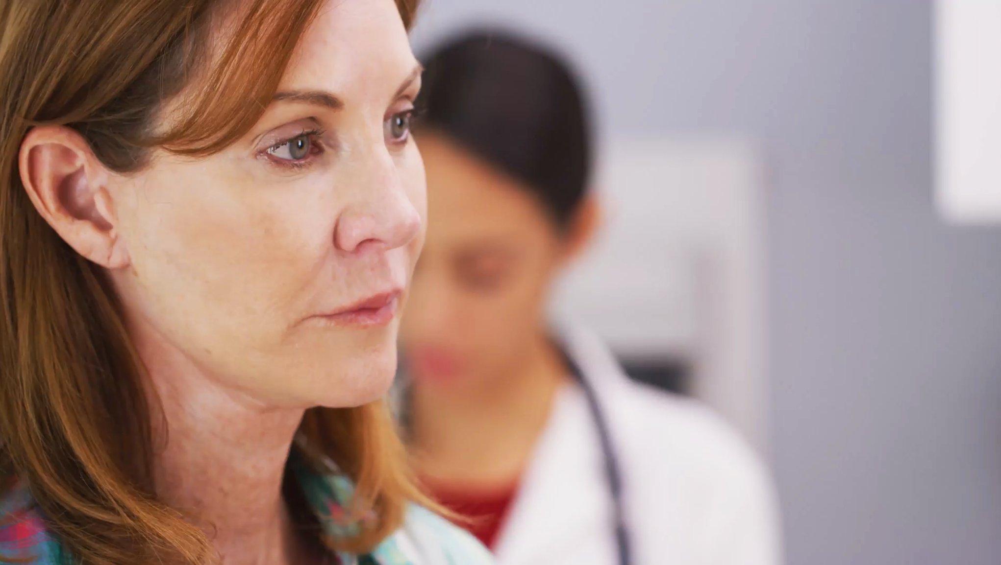 Dame som snakker med legen
