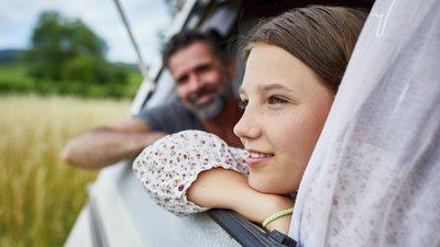 pappa och dotter i husvagn