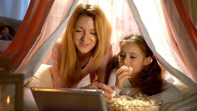 äiti ja tytär katsovat tietokonetta