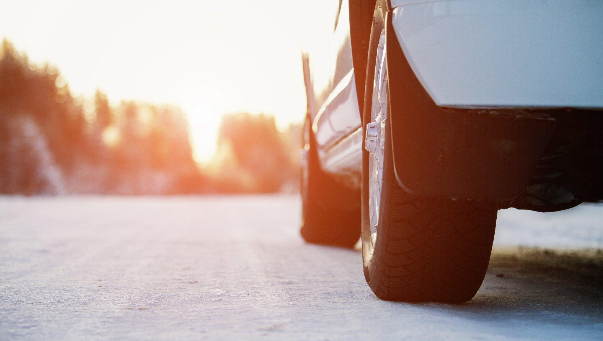 bil på frostig väg
