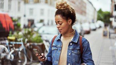 Ung dame med mobiltelefon