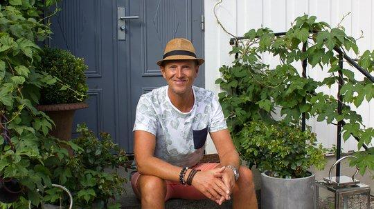 BLÅ DØR: Den blå inngangsdøren gir et forvarsel om hvilken farge som er den «røde tråden» i hagen bak huset. Foto: Bjørg Owren/ifi.no