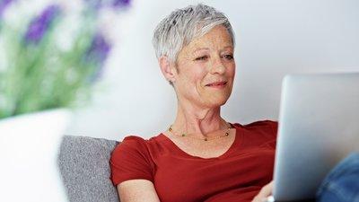 En kvinna ser på en dator