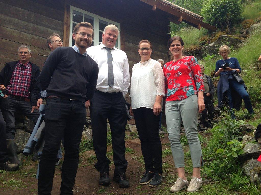 Ivar Kvalen, Sveinung Rotevatn, Karen Marie Hjelmeseter, Eva Moberg ved Wittgenstein-huset i Skjolden, folk i bakgrunnen.