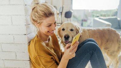 Jente som ser på mobilen