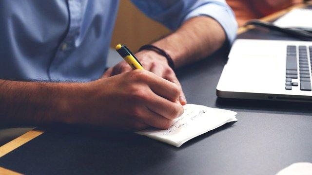 Mann som skriver