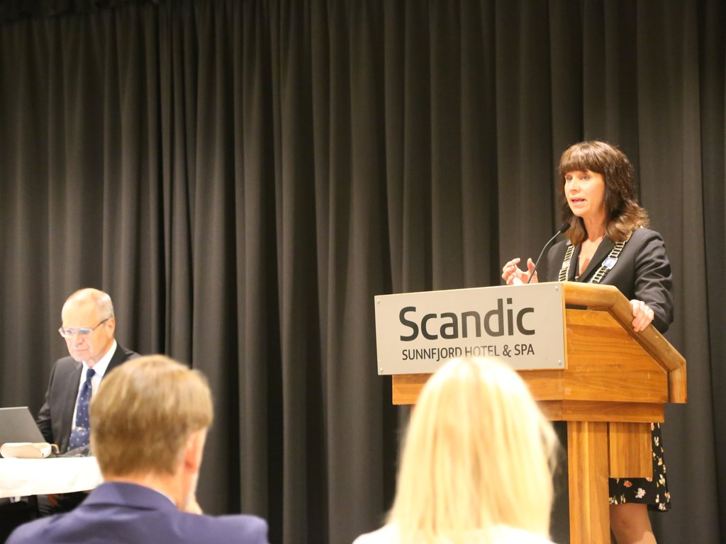 Fylkesordførar Jenny Følling på talarstolen på Scandic Sunnfjord Hotel i Førde