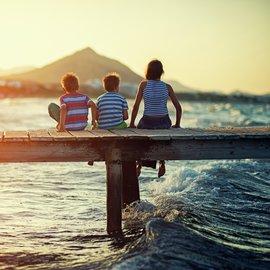 Familj på brygga