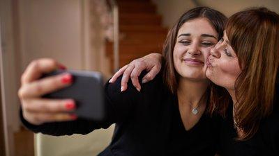 kaksi naista ottaa kuvan