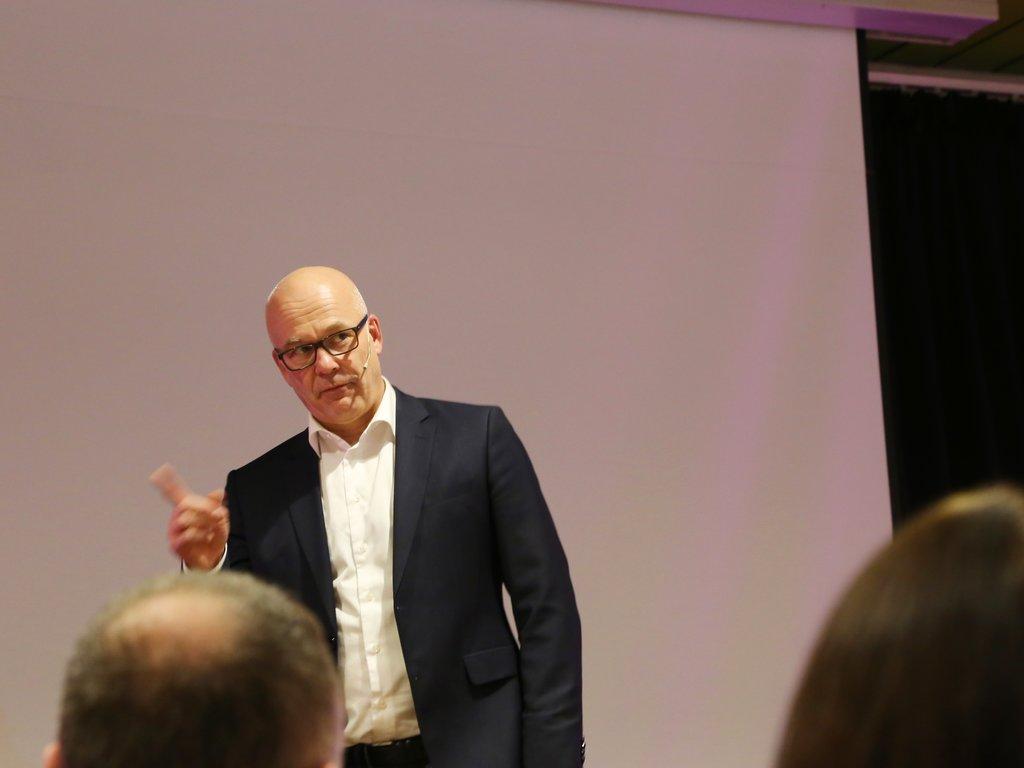 Kringkastingssjef Thor Gjermund Eriksen på scenen under språkkonferansen i Førde.