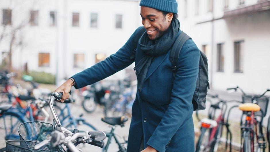 Man parkerar sin cykel