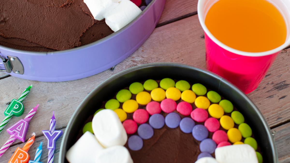 Sjokoladekake med regnbuepynt