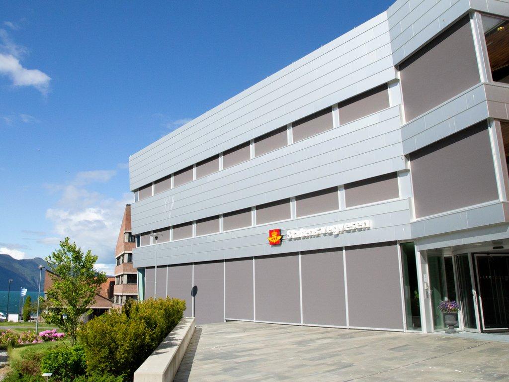Statens vegvesen region vest regionkontor Leikanger, fylkeshuset og Sognefjorden i bakgrunnen