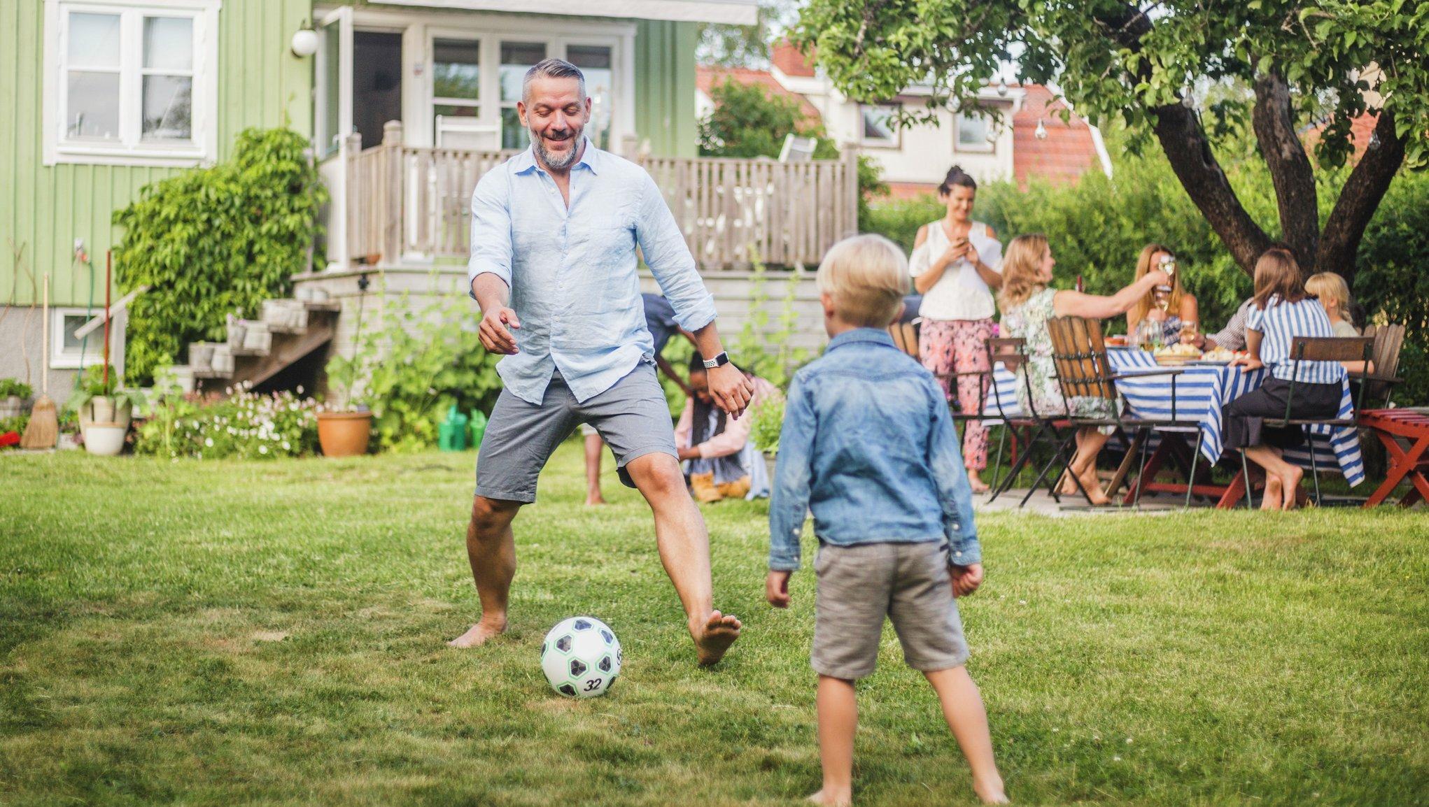 Bollspel i trädgården