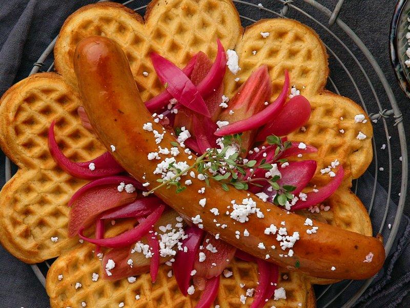 Jens Eide chilipølse servert med syltet edel-løk og rabarbra i rømmevaffel