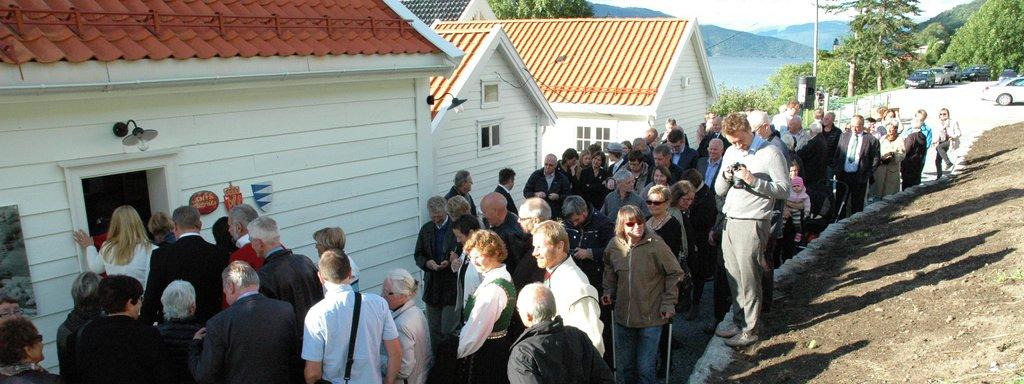 Foto frå opninga av det restaurerte, gamle amtskontoret på Leikanger under fylkesjubileet i 2013.