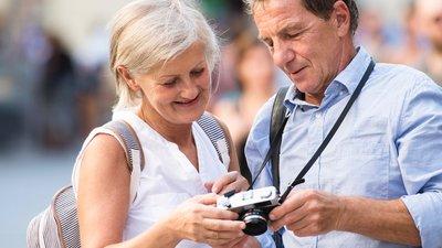 Mann og dame som ser på et kamera