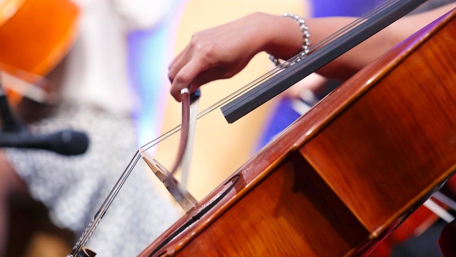 Spela cello