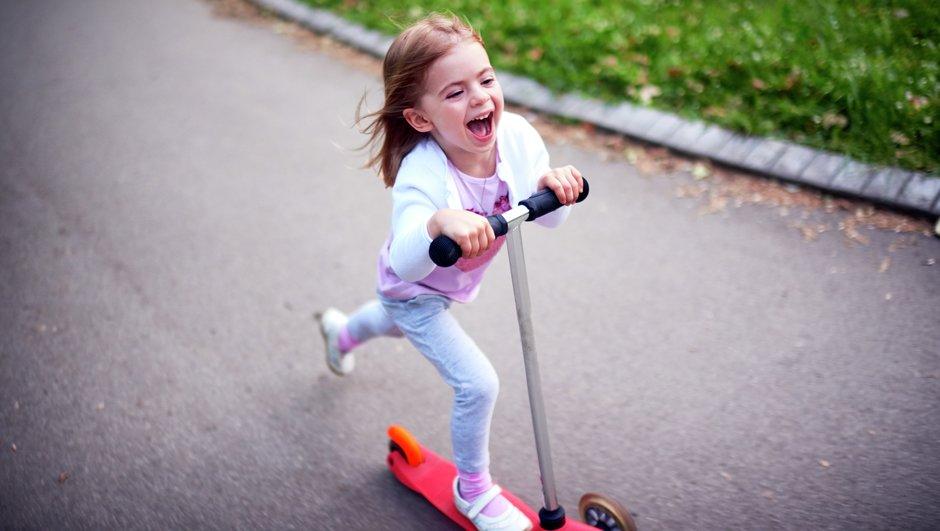Lille pige på løbehjul.