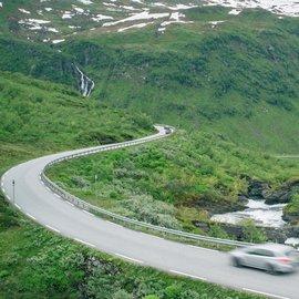 Bil på slingrande väg