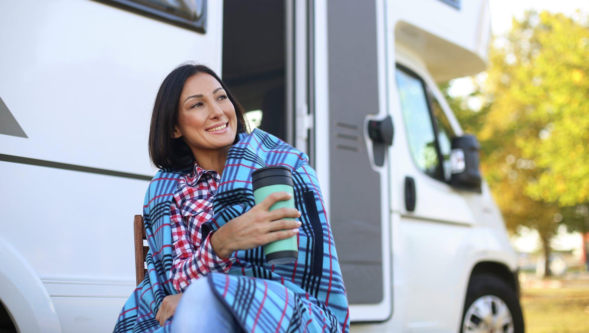 Kvinna vid husbil