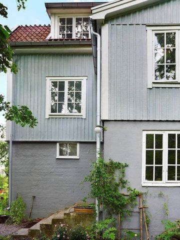 PÅVIRKES: Fargene påvirkes av omgivelsene, så en farge som ser grå ut på fargeprøven, kan oppleves blå på huset.