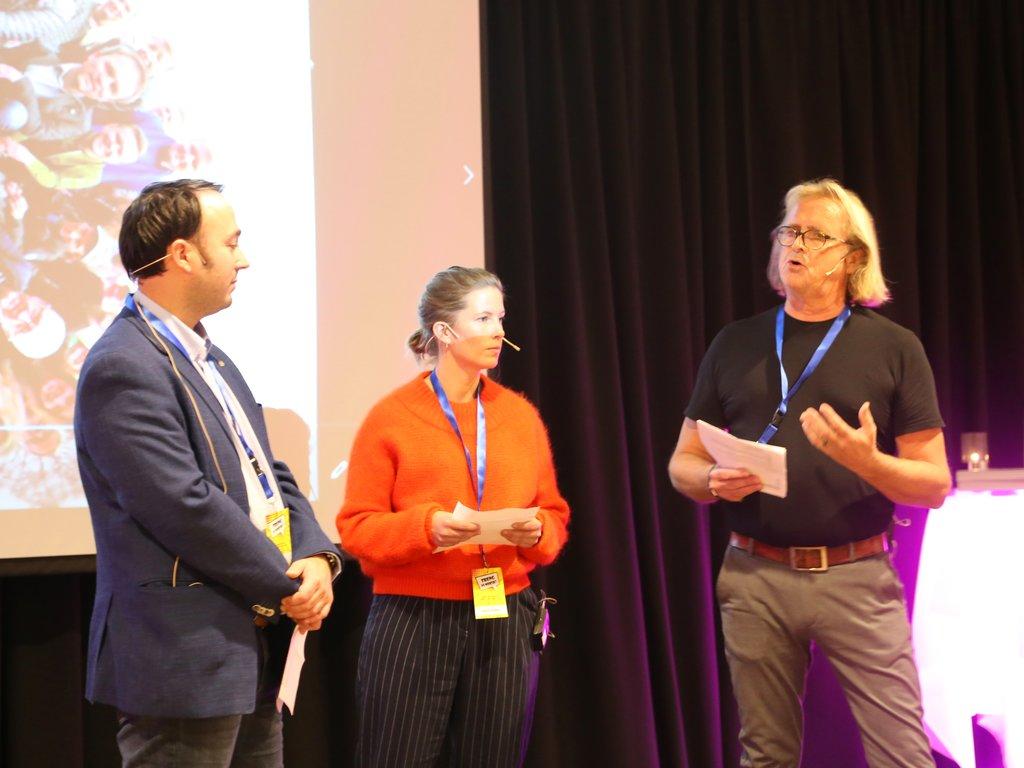 """Terje Gillenhammer, Marie Havnen og Rasmus Mo på scenen under språkkonferansen i Førde 1. novembere 2018, """"Treng vi norsk?"""""""