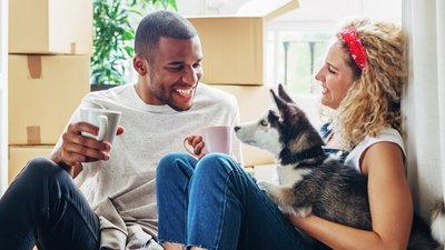 Man och kvinna med hundvalp