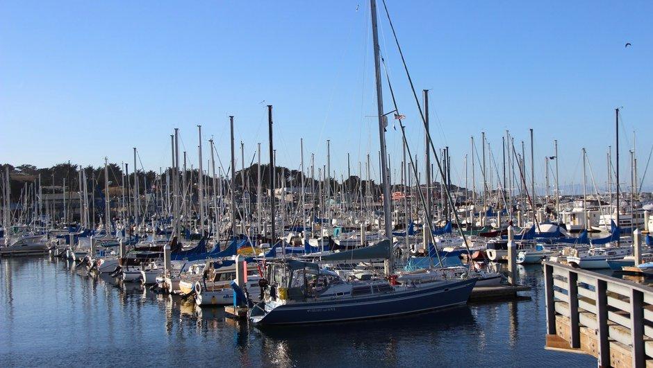 runsaasti veneitä satamassa