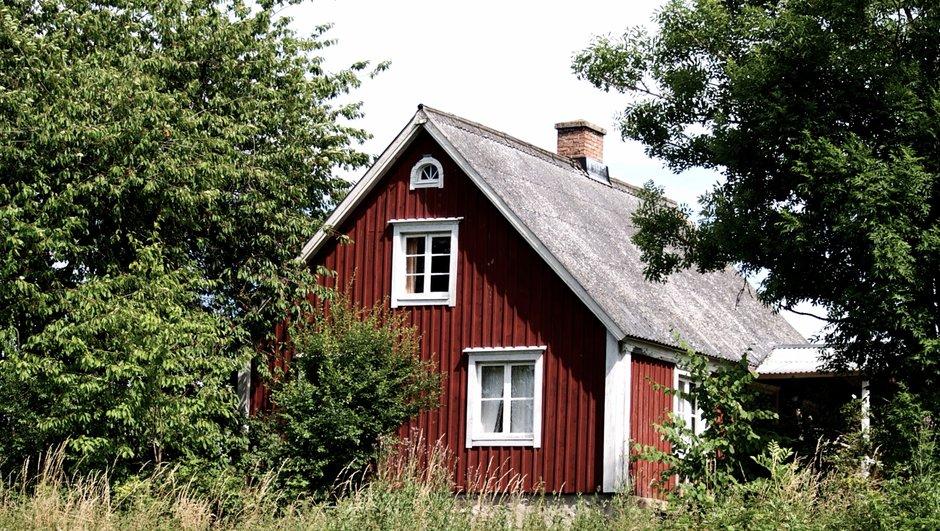 Röd stuga med vita knutar