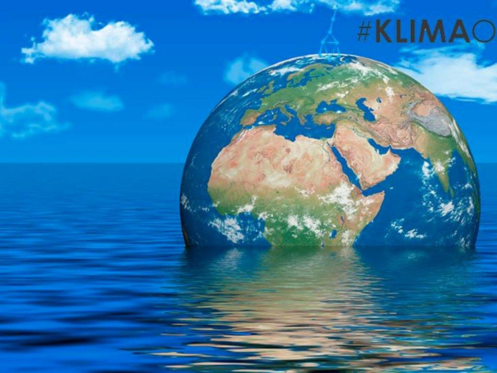 Grafikk med jordklode som druknar i havet, og teksten Klimaomstilling 2019.
