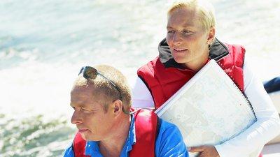 Man och kvinna ombord på båt