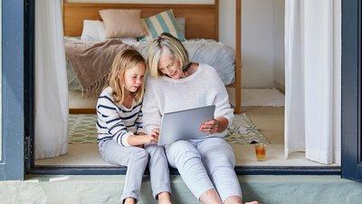 nainen ja tyttö katsovat tietokonetta