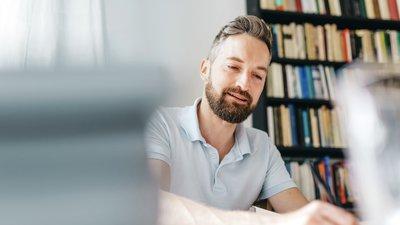En man skriver ner anteckningar