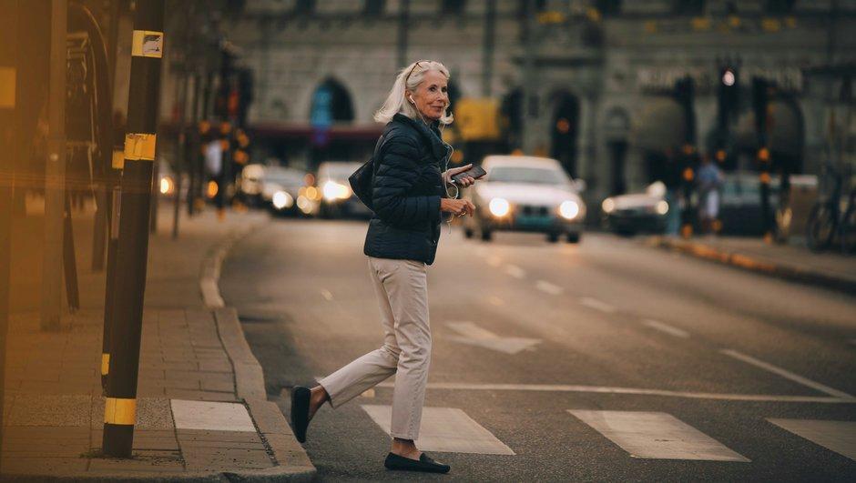 kvinna går över övergånsställe